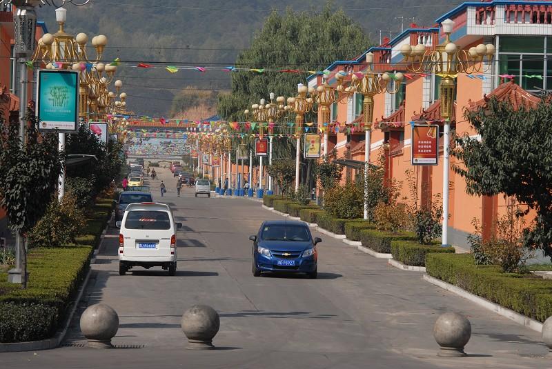 风景如画;一条条宽敞整洁的街道延伸到山边;家家入住