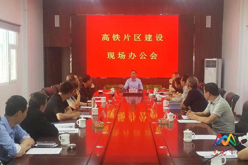 常永峰在高铁片区进行现场办公